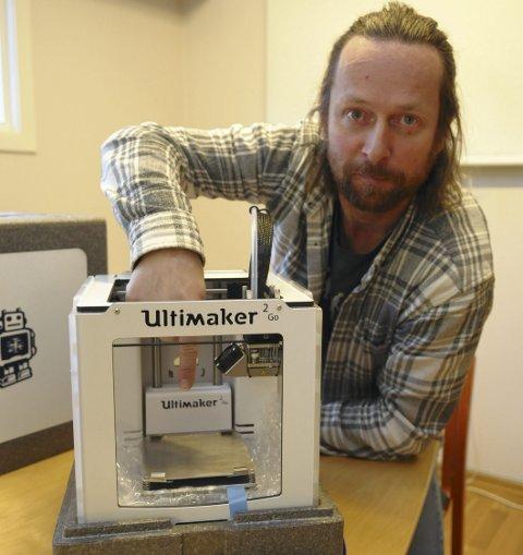 PREMIE: Gudbrand Heiene lokkar med ein 3D-printar til 15.000 kroner i premie til ein av dei som svarar på ei nett-undersøking innan 10. januar. Maskinen kan skrive ut plastgjenstandar på plata der han peiker.
