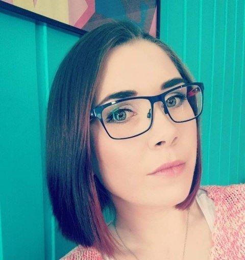 Monica Aakvik (31) jobber på Europris på Hunstadsenteret og er redd for å ta med seg smitte hjem - og smitte kundene sine. Hun ber nå folk ta hensyn.