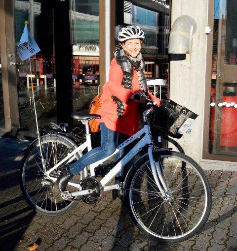 Frivilligsentral-tilsette Siri Stavang på sykkelen som no er borte. Korga vart stole for fleire månader sidan.
