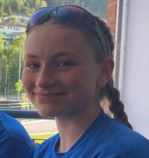 VIL PÅ TUR: Klasserådsleiar Bertine Edvardsen og klassen hennar vil på tur til Polen, men koronaen har gjort det vanskeleg med dugnad. Dei treng pengar!