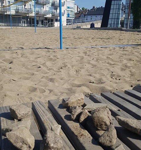 STEINER: Det har blitt funnet en del steiner i sandvolleyballbanen på Værste. Fredrikstad kommune ber folk som skal bruke banen om å være forsiktige.