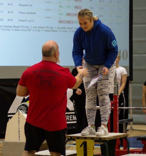 NORGESMESTER: Malin Daltorp på seierspallen etter NM-tittel i styrkeløft for ungdom. Foto: Privat.