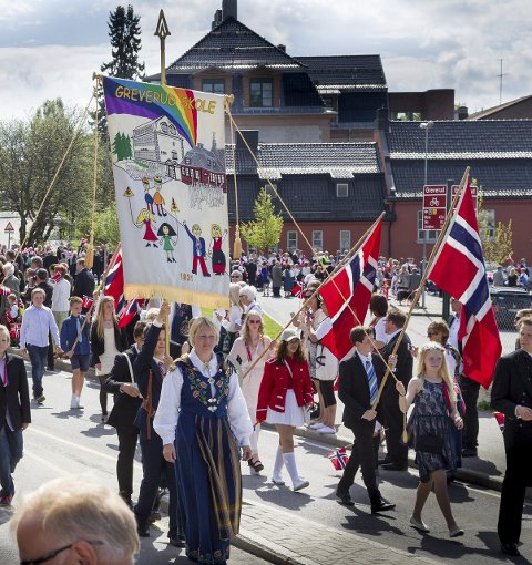 Lokalt tog: Skolen håper at tradisjonen med det gode oppmøte på skolens lokale tog, skal fortsette, også i årene fremover. FOTO: Bjørn V. Sandness