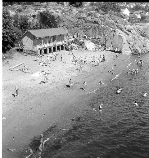 Sommeren 1969 så vi badehuset på Langestrand for siste gang  i likhet med det siste av de gamle badehusene på Strømmen. Den tid var for lengst forbi, da folk trengte å låse seg inne i av- og påkledningsrom for å få seg en dukkert. Den siste badevakta var også for lengst forsvunnet fra Langestrands Bad, da dette bildet ble tatt. Så huset sto der i grunnen til ingen nytte de siste somrene. Badehuset på Langestrand sto ferdig sommeren 1913, «hvormed et længe følt savn» var avhjulpet, ifølge Østlands-Posten. Til tross for den omhyggelig skjulte av- og påkledningsprosedyren var det atskilte badetider for menn og kvinner. En vimpel på taket, synlig fra Stavernsveien, fortalte når det var fritt fram for hvilket kjønn.