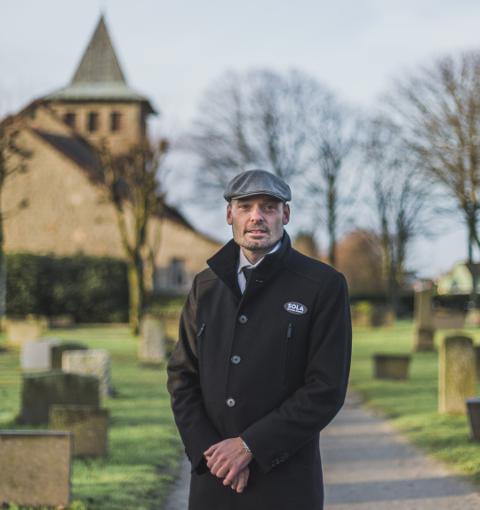 Sindre Eskedal forteller at det nå er færre som samles i begravelser, og at det kun er nærmeste familie.