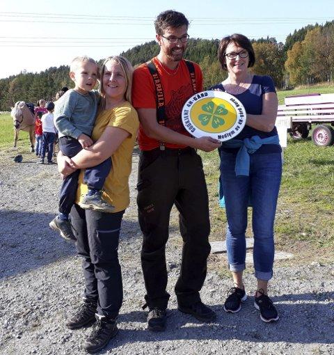 Torset Gård på Skardsøya fikk 4H-symbolet sist helg: Fra venstre gårdbrukere Åshild Torset, med Ola (4), og Kolbjørn Haugen. Til høyre: May Britt Skjortnes, informasjonsgiver hos 4H Møre og Romsdal.