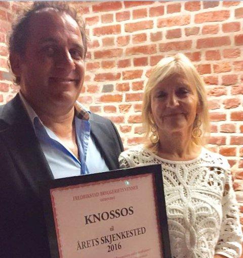 """Restauranten """"Knossos"""" ved  Napoleon Stafylarakis og Liv Skeie Stafylarakis mottok prisen for Årets skjenkested fredag kveld."""
