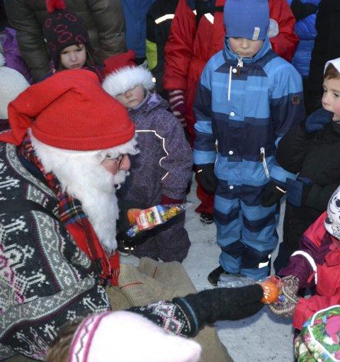 NISSEBESØK: Men flere titalls barn satte også særdeles stor pris på å få gaver da Nissefar kom innom Foldvik Julemarked med en stor sekk stappende full av godterier.