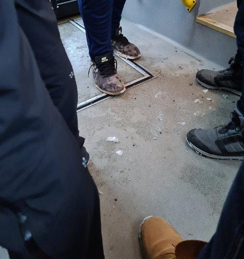 TETT: Bussen fra Håkvik til Narvik sentrum fredag ettermiddag var så full at ståplassene måtte benyttes. Det ble for trangt til at det var mulig å holde én meter avstand, sier tipseren som også bemerket at ingen ombord hadde på seg munnbind.