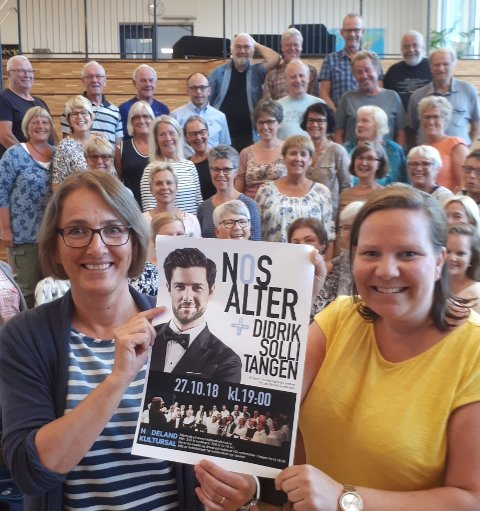 STJERNEMØTE: Nos Alter gleder seg til å synge sammen med Didrik Solli-Tangen. Korets leder Anette Berg og dirigent Monika Egeland Hammer holder fram plakaten.