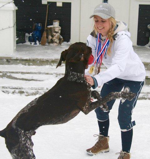 Bestevenner: Å ta godt vare på hunden er essensielt om man skal lykkes med hundekjøring. Når Tassen ikke konkurrerer, får han masse kos og lek.