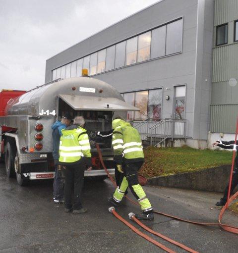 TANKVOGN: Her kobles tankvogna med bruksvann på tilkoblingen til sykehuset slik at de får vann til toalett o.l. Foto: Kai Nikolaisen