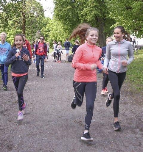 UNICEFRUNDEN: Henny Vobes (i front), Sarah Bergstrøm, Kaja Conn og Mari Thorsen (bak t.h) er sponset av foreldre og besteforeldre og legger ut på andre runde i Hvervenbukta. FOTO: VIVI RIAN
