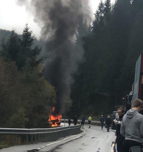 BRANN: Det brann godt i denne bilen ved Stalheimstunnelen, og det danna seg lange køar i begge retningar.