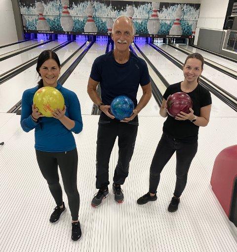 BEDRIFTSSERIE: Snart starter bedriftsserien i bowling igjen. Fra venstre Andrea Rikstad Hagstrøm, avdelingsleder i Bedriftsidretten, Ivar Lønnum, utvalgsleder i bedriftsbowlinge, og  Oda Cathrine Heimveg i bowlinghallen på Lykkeland.
