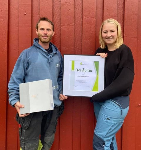 Fekk pris: Håkon Offergaard Jevne fekk æresdiplom av leiar for Norges Bygdeungdomslag, Inger Johanne Brandsrud på sumarstemnet.