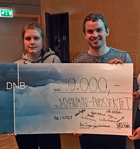OVERRAKTE SJEKK:Brigita Baltrimaite og Benjamin Olsen sto for overrekkelsen av de 10.000 kronene.