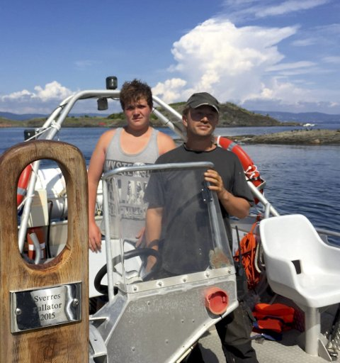 «undine»: Karsten Andre Asp Slingstad (t.v.) er skipperassistent for skipper Lasse Heggen Raa. Trappen «Sverres rullator» ble avduket i 2015 da Sverre Joramo ble pensjonist.Foto: Ann-Turi Ford