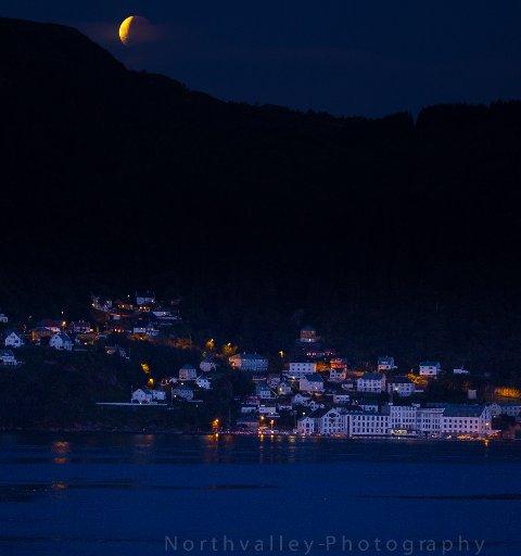 Måneformørkelse over Salhus fredag kveld. Bildet er tatt frå Fossesjøen i Meland fredag kveld klokka 23.20.