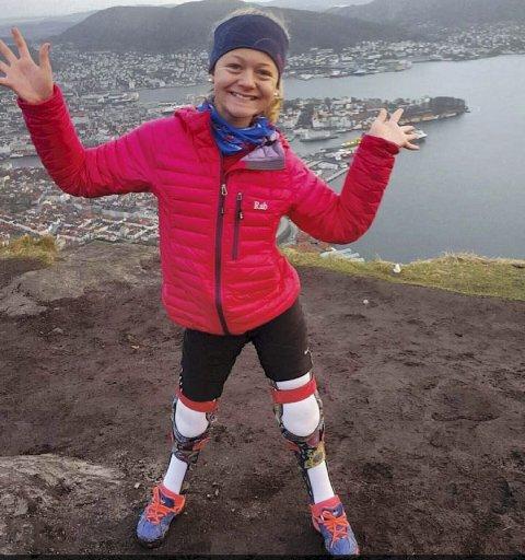 STOLT: Her er Rikke Ullmann (13) endelig på toppen av Stoltzen, etter tre tøffe timer opp trappene. – Det var virkelig verdt turen å stå på toppen og ta de fine bildene, sier hun.FOTO: PRIVAT