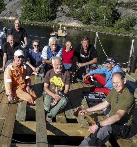 Dugnadsgjengen: Den legendariske dugnadsgjengen i kulturvernforeningen har også bygget brygga.FOTO: JOHN JOHANSEN
