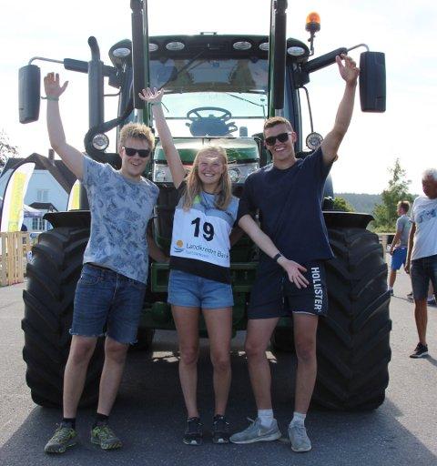VANT: Martin Huuse fra Askim,  Maren-Helene Rud fra Trøgstad ogPetter Mjølnerød fra Halden vant lørdag NM i presisjonskjøring med traktor.