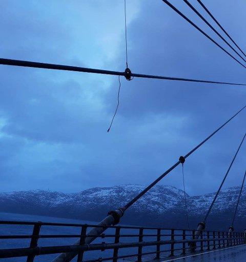 En vaier har løsnet på Helgelandsbrua, og stenger derfor på 22 sekundmeter, kontra 32 m/s.