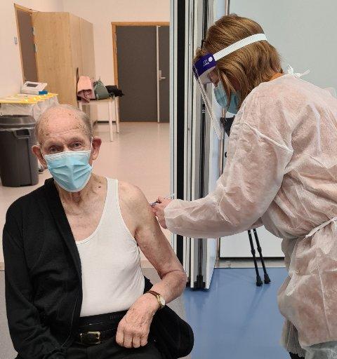 GJØR SEG KLART FOR 100-ÅRSDAGEN: Kåre Syltevik vil gjerne markere 100-årsdagen senere i år. Derfor er det ekstra viktig med to doser koronavaksine. Her blir han vaksinert av Hanne Bitt Sander, helsesykepleier og koordinator for vaksineringen i Ullensaker.