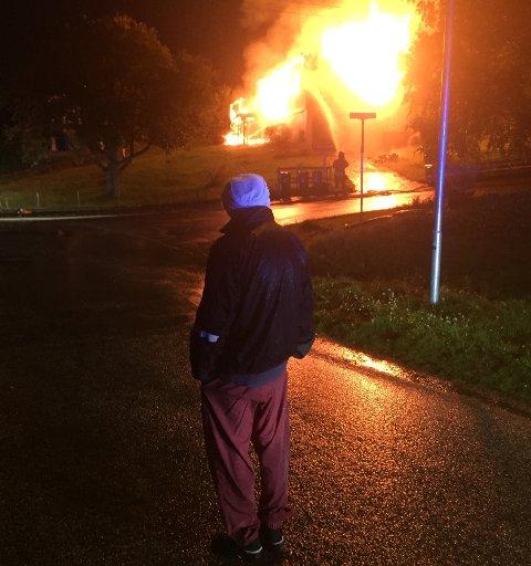 Ein nabo må konstatera at eit bustadhuis i Husnes sentrum brenn ned til grunnen.