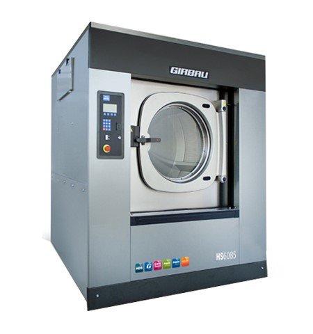 NY MASKIN: Denne 4,7 tonn tunge vaskemaskina aukar vaskekapasiteten ved Nor Tekstil avdeling Valen. (Pressefoto.)