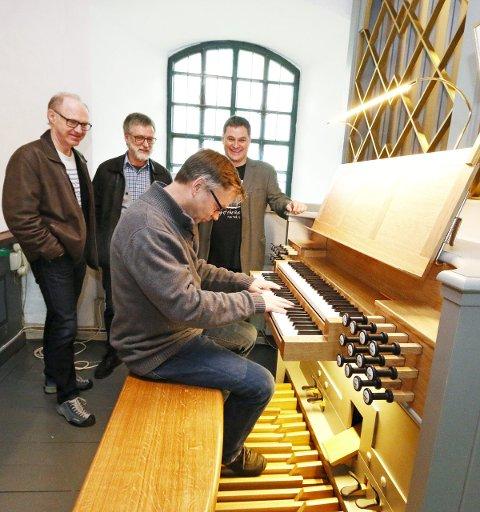 Klare: Kantor Ulf Krupka fyrer opp en Mendelssohn for fra venstre sogneprest Johannes Ulstein, kirkeverge Jens Erik Undrum og orgelkomiteens leder Kurt Soltveit. FOTO: STIG PERSSON