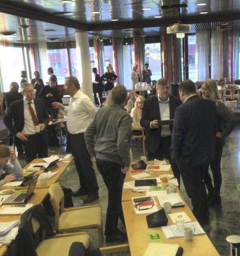 FORHANDLINGER: Knut Oppegård, Geir Amundsen, Ida Lindtveit, Kjell G. Pettersen, Siv Kaspersen og Thomas Sjøvold diskuterer seg frem til et forslag de kan få flertall for. FOTO: VIVI RIAN
