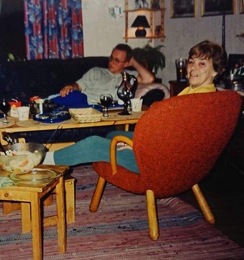 VISSTE IKKE VERDIEN: Jonas Lissner tror ikke bestemor Enid som her sitter i stolen, var klar over verdien på den.
