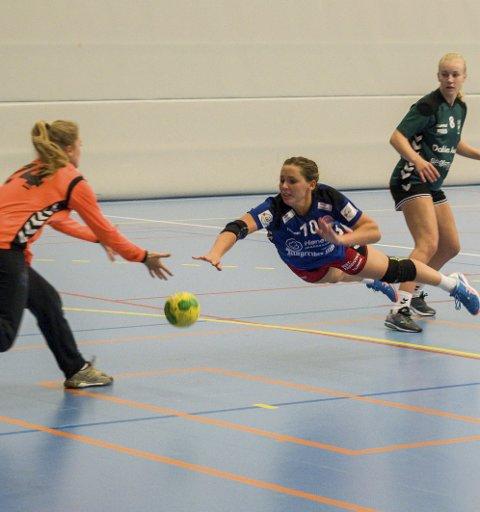 TUNG KAMP: Marthe Gruer og HSK tapte 23-32 mot Sarpsborg i en kamp hvor HSK slet med å få spillet til å fungere.
