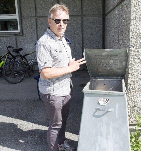 Miljøbevisst: Lokalpolitiker Helge Stiksrud (V) undersøker innholdet i en av søppeldunkene utenfor Rådhuset.