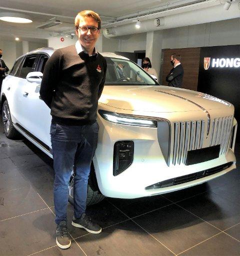 KINESISK: Bilselger Anders Grønbech Moster hos Øyans Bil satser for fullt på bilmerket HONGQI.