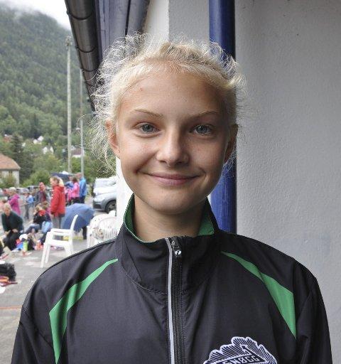 GULLJENTE: Anne Haave svevde over stanga som lå på 1,12 meter og tok gull i høyde uten tilløp for J15-16 år. alle foto: arkiv