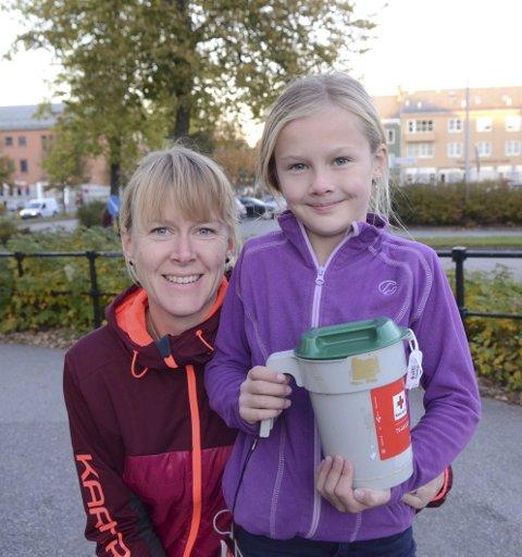 Stilte opp: Kamilla Bjørkevoll og datteren Ingeborg møtte stor giverglede da de gikk som bøssebærer under årets TV-aksjon, som var til inntekt for Røde Kors.