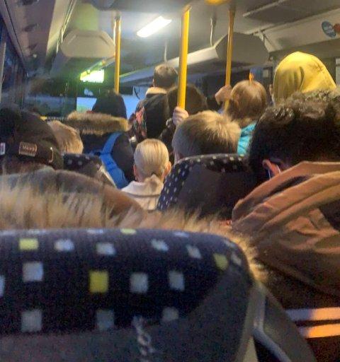 OVERFYLT: Mange busser er overfylte, spesielt når de frakter skolelever til og fra skolen.