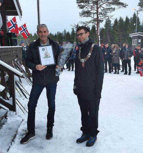 OVERRASKET: Jarle Aurstad ble overveldet av synet som møtte han ved skihytta i Leksdal. Her får han diplom og blomster overrakt av ordfører i Verdal, Pål Sverre Fiske.