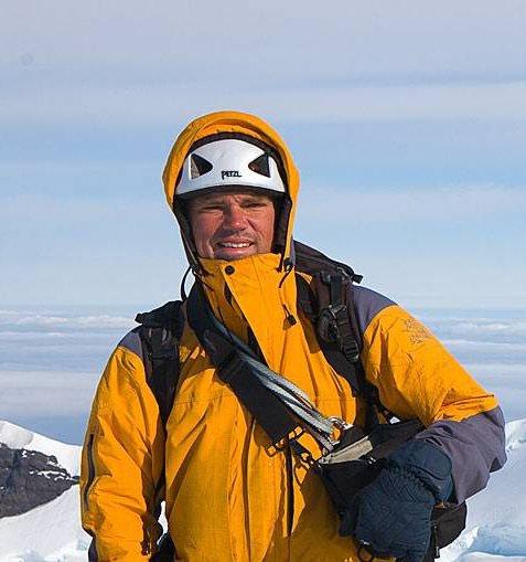 Ut på tur: Morten Helgesen i Glittertind Forlag er klar med revidert utgave av Norges Fjelltopper over 2000 meter.