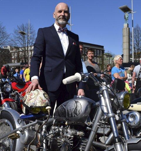 Henning H. Dyrkolbotn har dresset opp seg selv og en gammel Triumph og omgjort tohjulingen til det han kaller en skulpturell motorsykkel.
