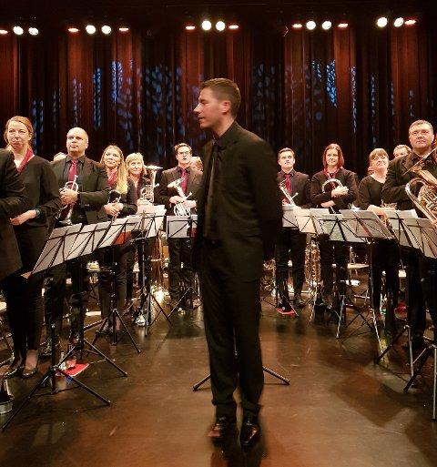 TOPPNIVÅ: Jaren hornmusikkforening skal konkurrere mot ni andre korps i elitedivisjonen i NM. I kultursalen søndag viste de imponerende spilleform under sin dirigent, Florent Didier fra Paris.