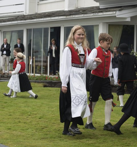 Dansa for dronninga: Anne Karoline Lothe og Anders Ekkje Aarsand dansa i hotellhagen i lag med mange andre dyktige unge. Bak dei står HM Dronning Sonja.
