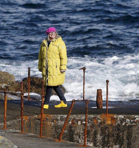 Naturbruker:En ting er å like naturen, noe annet er det å bruke den aktivt. Anne-Lise Borum kler seg godt og er ute. Her på Ryvarden.