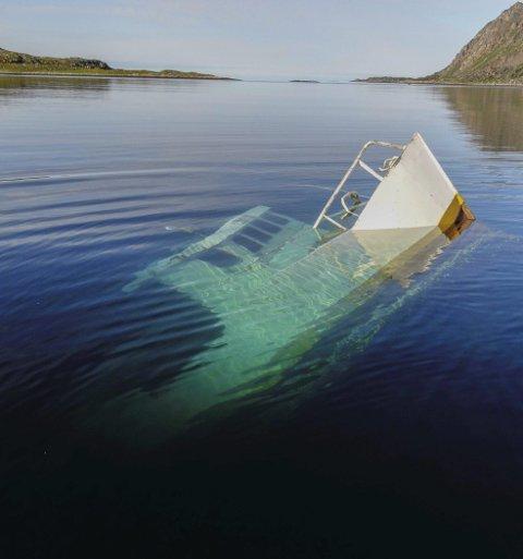 Eier er anmeldt: Dette er sjarken «Ternen» som etter eier Johnny Ingebrigtsens utsagn sank under slep i august. Eier er nå anmeldt av politiet i Nordkapp etter brudd på forurensningsloven.