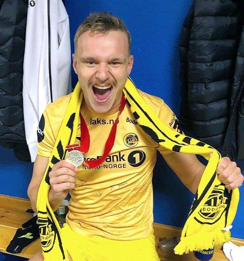 GLAD: Marius Lode viser fram sølvmedaljen.
