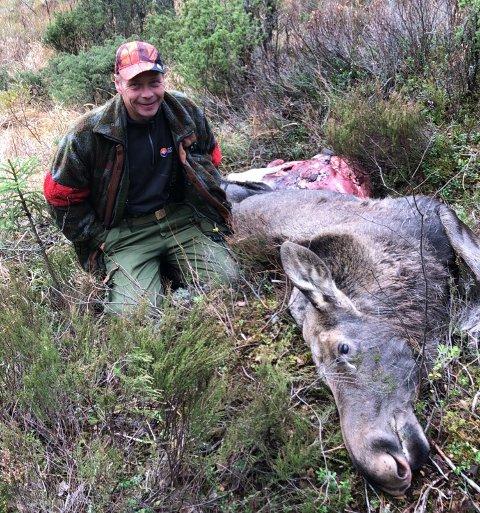 Siste: Hans Petter Haugom på Slåttåsen elglag skjøt ei kvige. Dermed var alla dyra på kvota felt og årets elgjakt over.