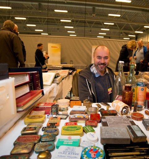 Pilleesker: Roger Eriksen viser fram sin unike samling av gamle pilleesker.