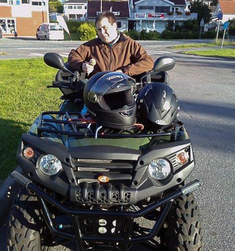 KAN DRØYE: Frode Larsen (bildet) har autisme. Han liker godt å kjøre ATV, som her i 2017. Men siden foreldrene nå holder seg langt unna sønnen for å minimere risikoen for å koronasmitte ham, blir det ikke ATV-tur med det første. De treffes ikke i det hele tatt, og foreldrene savner å klemme gutten sin.